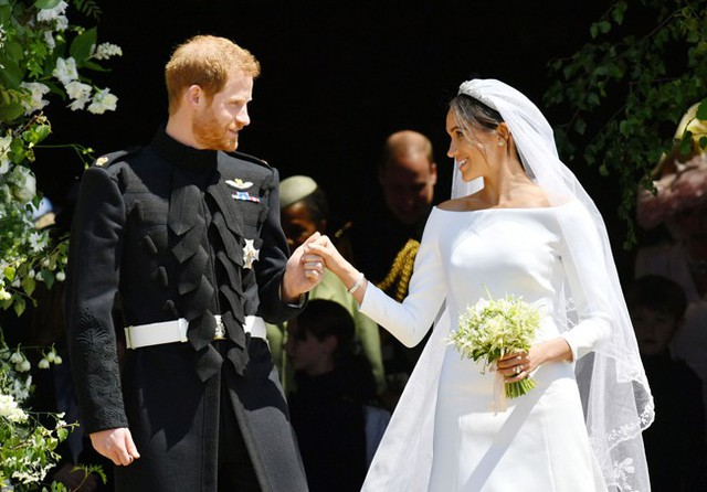 Tình yêu của cặp vợ chồng mới cưới thể hiện qua từng ánh mắt, cử chỉ trong đám cưới. Ảnh: Express.