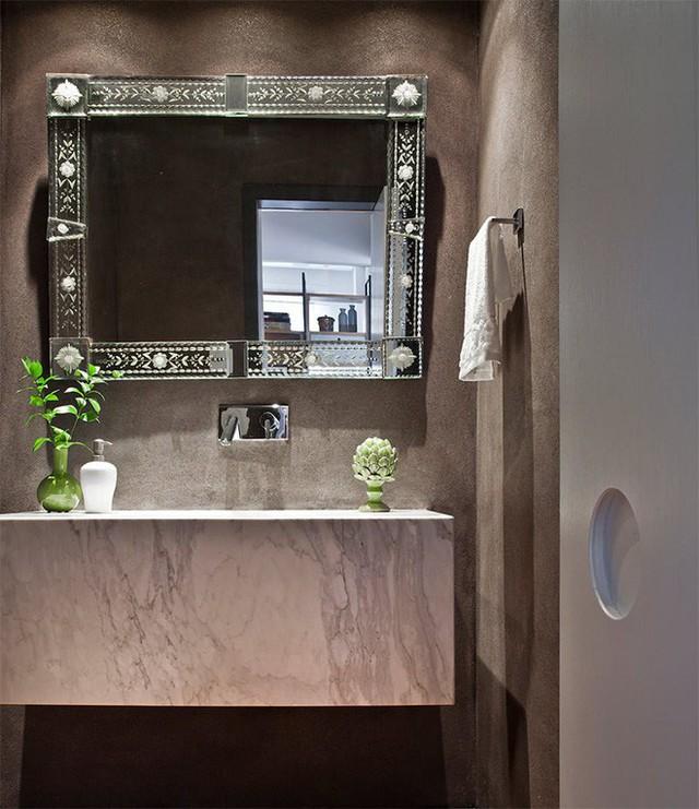 Gương treo đậm chất cổ tích trong phòng tắm.