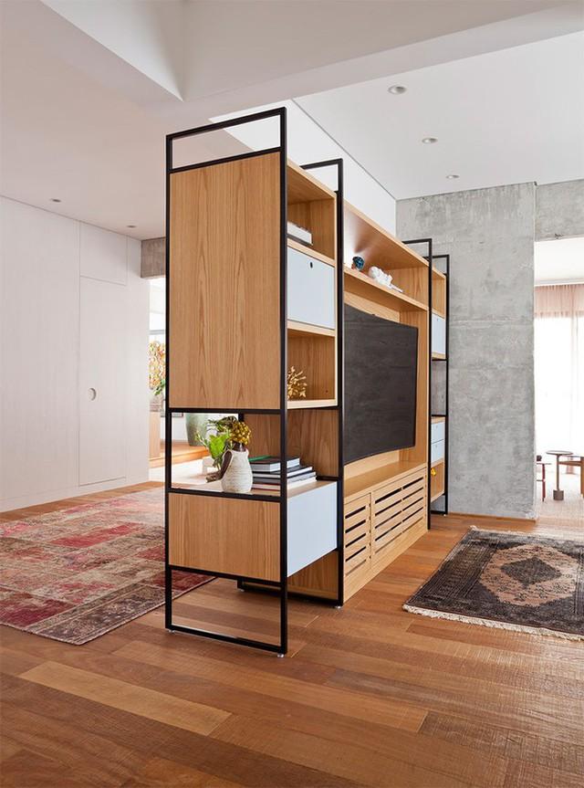 Chiếc tủ đựng đồ có vai trò trang trí, đồng thời ngăn cách không gian giữa các phòng cực hiệu quả.