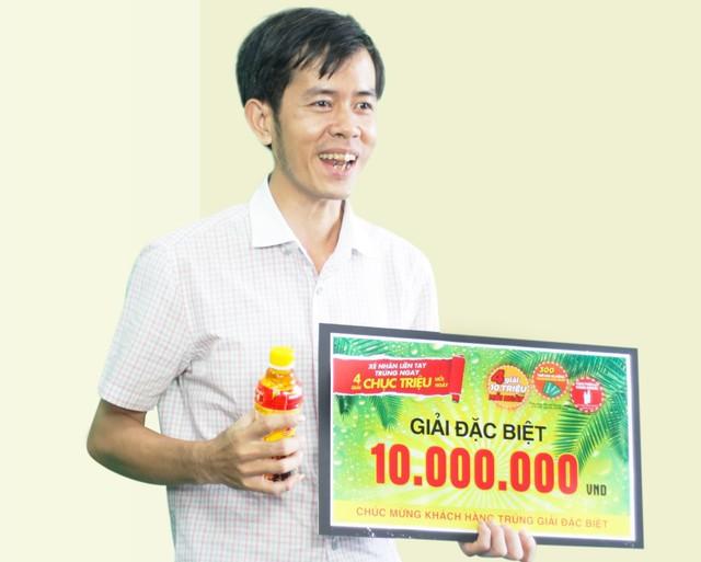 Anh Chưởng nhận giải thưởng 10 triệu đồng trong một buổi quay số
