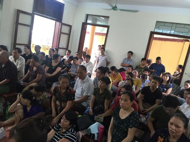 Rất đông người nhà nạn nhân chăm chú theo dõi diễn biến của phiên tòa