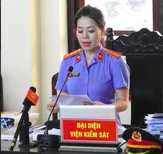Đại diện VKSND TP Hòa Bình, bà Bùi Thị Thu Hằng trình bày tóm tắt vụ án