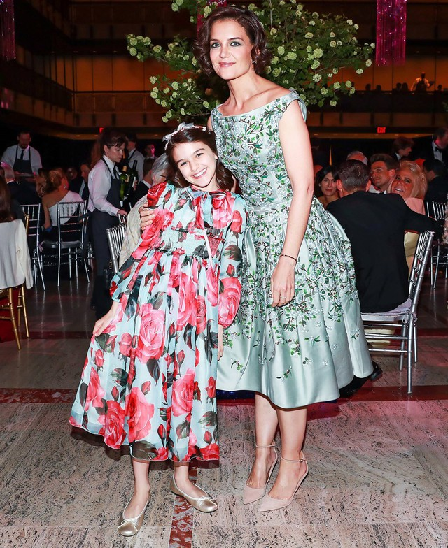 Ngày 21/5, con gái tài tử Tom Cruise và nữ diễn viên Katie Holmes - Suri Cruise trông điệu đà khi diện chiếc váy họa tiết hoa và mang phụ kiện trên tóc. Cô bé tươi cười trước ống kính khi dự tiệc cùng mẹ.