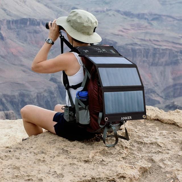 Kết hợp tấm sạc năng lượng mặt trời cùng một pin dự phòng cỡ 10.000 mAh, phượt thủ sẽ quên ngay nỗi lo hết năng lượng. Ảnh: Amazon.