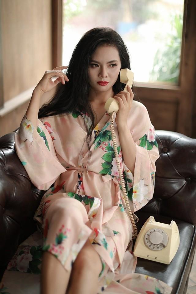 Trong thiết kế pijama bằng lụa tơ tằm với họa tiết hoa lá thiên nhiên, Lương Nguyệt Anh lần đầu dám khoe bờ vai sexy, dám lộ ra đôi chân dài quyến rũ, khác biệt hẳn với một Lương Nguyệt Anh luôn gắn bó với áo dài cùng mái tóc óng mượt thường thấy.
