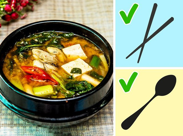 Súp miso thường được phục vụ trong từng bát nhỏ và bạn nên ăn bằng cả đũa và thìa. Bạn nên uống từng ngụm nhỏ bằng thìa rồi dùng đũa để gắp đậu và các thành phần khác trong bát canh.