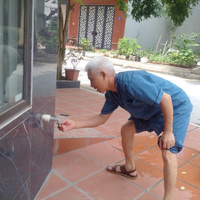 Ông Hinh cho biết: Từ cuối tháng 4 đến nay, người dân khu dãn dân Mỗ Lao thường xuyên lâm vào tình trạng không có nước sinh hoạt.     Ảnh: H.Phương