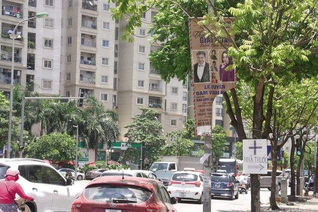 Băng rôn quảng cáo cũ, rách nát nhan nhản khắp đường phố