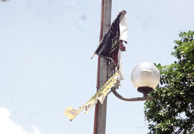 Tàn tích của một băng rôn quảng cáo trên đường Trần Duy Hưng.