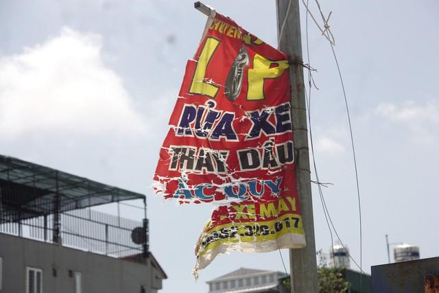 Tấm băng rôn rách nát trên đường Tố Hữu (Hà Đông).
