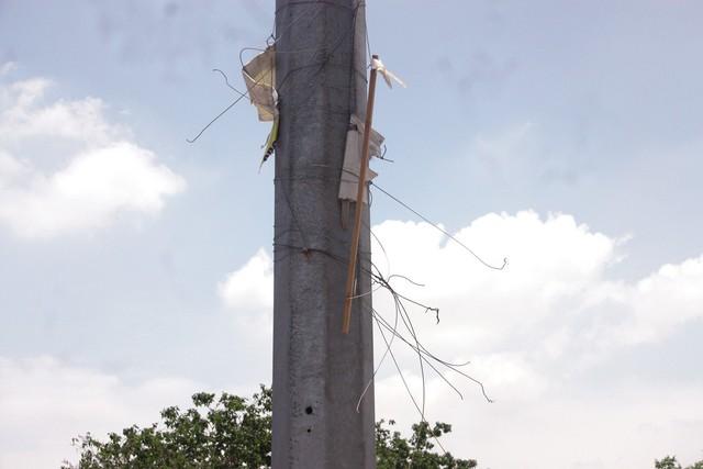 Cột đèn chằng chịt dây thép sau khi băng rôn bị gỡ bỏ trên đường Láng.
