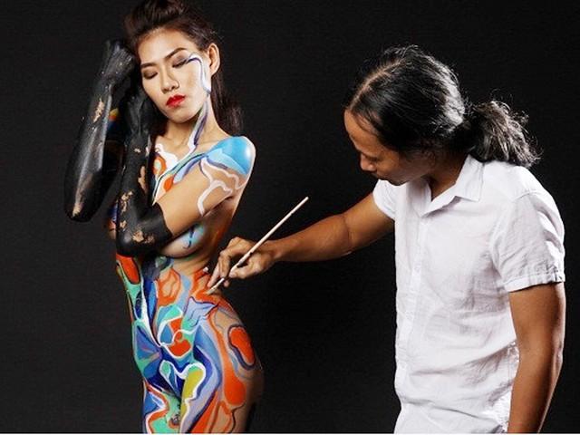 Họa sĩ vẽ body painting trên cơ thể phụ nữ