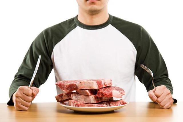 Ngoài ung thư ruột, người ăn nhiều thịt đỏ cũng dễ mắc các loại ung thư khác và các bệnh béo phì, béo bụng, huyết áp và tim mạch. (Ảnh minh họa).