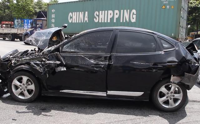 4 ô tô tông nhau liên hoàn giữa ngã tư, giao thông kẹt cứng hơn 2 giờ