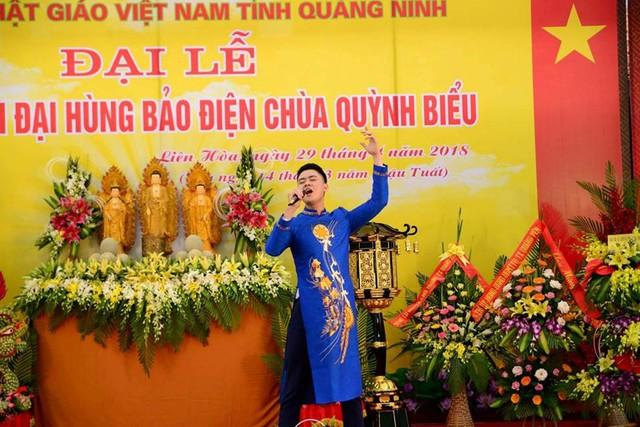 Ca sĩ Thanh Cường biểu diễn tại chùa Quỳnh Biểu