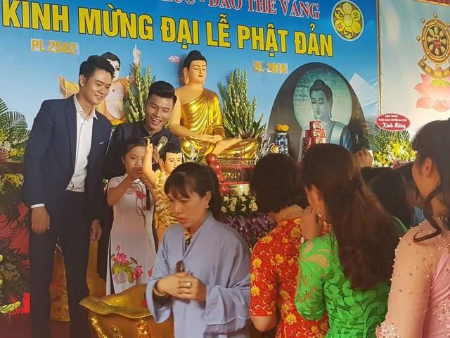 Ca sĩ cùng Phật tử tham gia nghi lễ Tắm Phật, một trong những nghi lễ chính trong Đại lễ Phật đản