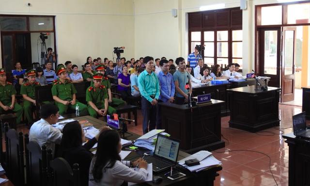 Phiên toà xét xử BS Hoàng Công Lương và 2 bị cáo liên quan. Ảnh: T.G