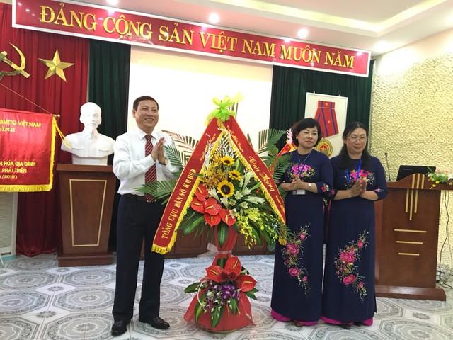 Lãnh đạo Tổng cục DS-KHHGĐ tặng lẵng hoa chúc mừng Chi cục DS-KHHGĐ tỉnh.