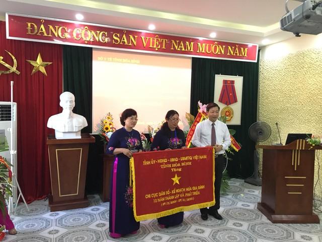 Lãnh đạo tỉnh tặng cờ thi đua cho ngành dân số tỉnh