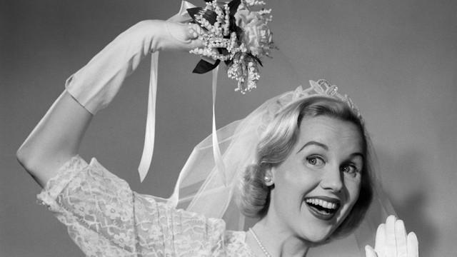 Bó hoa cô dâu được cho là 1 cách che giấu mùi hương có phần bốc mùi. (Ảnh minh họa)