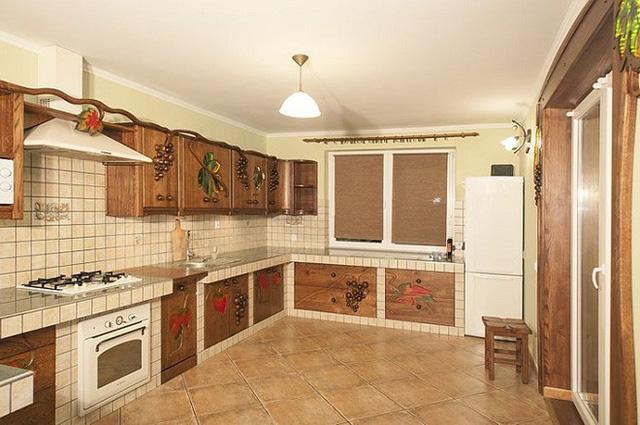 Một chút chấm phá từ tủ gỗ thêm vào đó là các điểm nhấn hoa văn đa sắc màu sẽ khiến phòng bếp nhà bạn bắt mắt nhưng vẫn ấm áp vô cùng.