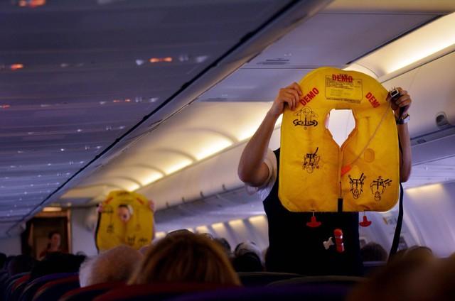 Nghe và theo dõi hướng dẫn của tiếp viên là một điều nên làm trước khi máy bay cất cánh