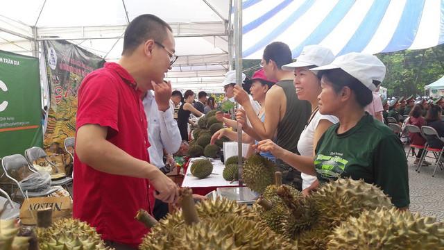 Hội chợ trưng bày, giới thiệu nông sản thực phẩm an toàn của hội viên Hội Liên hiệp phụ nữ Việt Nam và Hội viên Hội Nông dân Việt Nam. Ảnh: PV