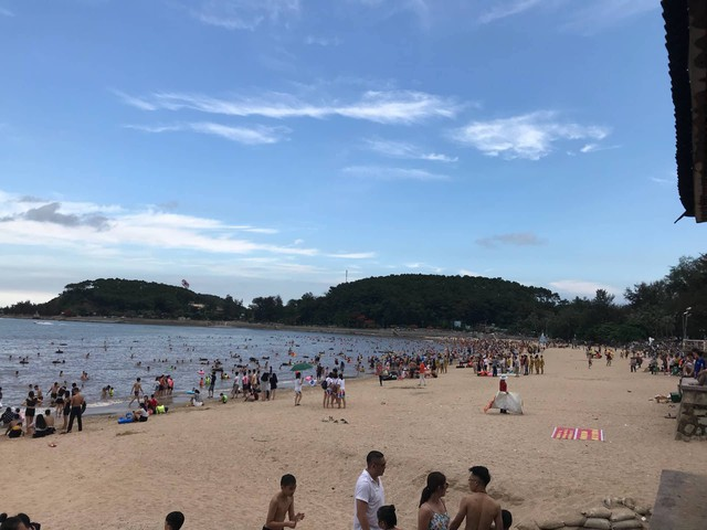 Đồ Sơn cấm kê bàn ghế dưới bãi biển và bày bán hàng. Ảnh: ML