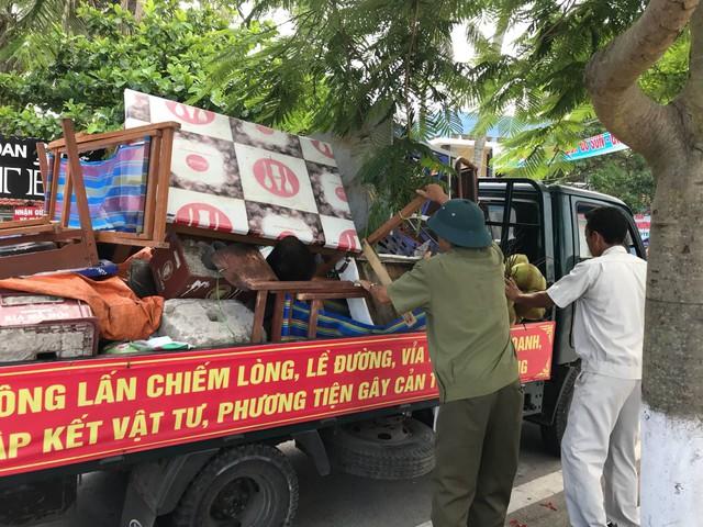 Lực lượng chức năng quận Đồ Sơn đang tiến hành thu hồi và tiêu hủy các vật dụng kê bán không đúng quy định