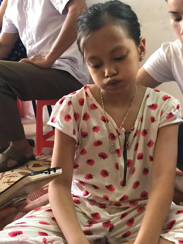 Cô bé Trịnh Huyền Trang với đôi môi khô nẻ thâm tím lại và thần sắc tái nhợt vì thiếu máu trầm trọng.