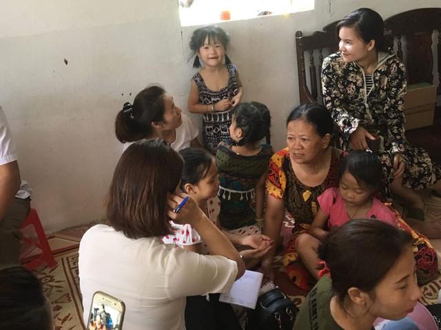 Bà Nguyễn Thị Hồng, bà ngoại cháu bé chia sẻ với các nhà hảo tâm về hoàn cảnh gia đình.