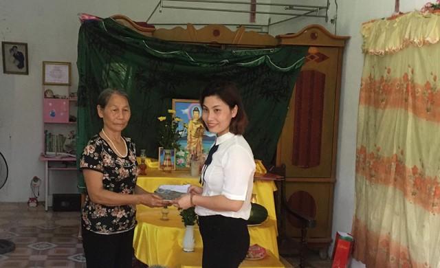 Bà Nguyệt, - bà nội hai cháu bé thay mặt gia đình nhận 25 triệu đồng hảo tâm từ cô giáo Nguyễn Thúy Hoài, - đại diện đoàn từ thiện đến trao quà ngày 20/5/2018.