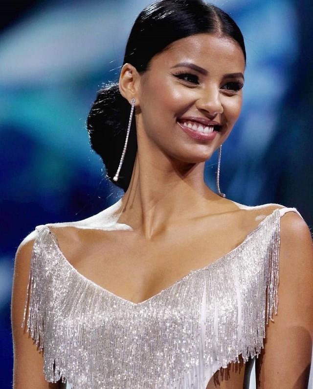 Hoa hậu Nam Phi có bề dày kinh nghiệm và kiến thức chuyên môn cao nhờ chiến thắng nhiều cuộc thi nhan sắc trước đó. Cô được mong đợi sẽ mang về chiếc vương miện tiếp theo, nối tiếp thành công của người tiền nhiệm Demi-Leigh Nel-Peters năm ngoái.