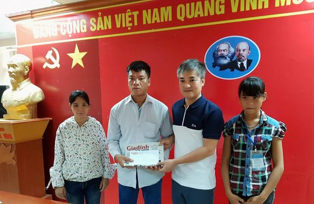 Phó Tổng biên tập Trần Tuấn Linh (thứ 2 từ phải sang) trao quà từ thiện cho gia đình 4 đời bị mù ở Hà Nam.