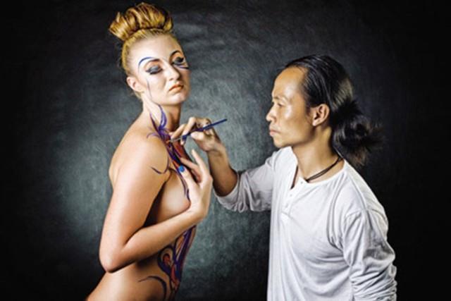 Họa sĩ đang vẽ bodypainting