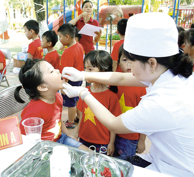 Uống bổ sung vi chất dinh dưỡng giúp trẻ ăn uống tốt hơn. Ảnh: XT