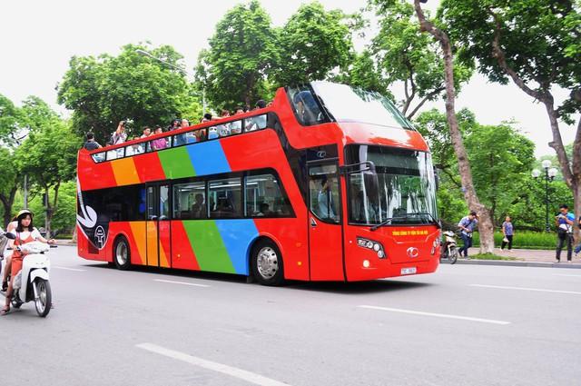 Xe buýt 2 tầng với nhiều dịch vụ tiện ích chính thức phục vụ du khách từ sáng nay 30/5 tại Hà Nội. Ảnh: TL