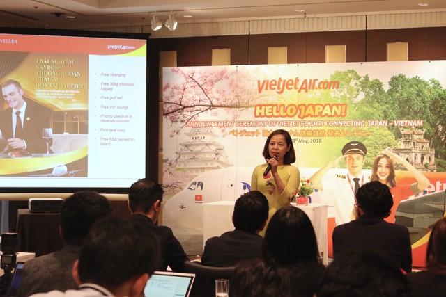 Bà Nguyễn Thị Thuý Bình, Phó tổng giám đốc Vietjet, giới thiệu dịch vụ và mô hìnhhàng không thế hệ mới của Vietjet tại Buổi họp báo công bố đường bay Hà Nội – Osaka.