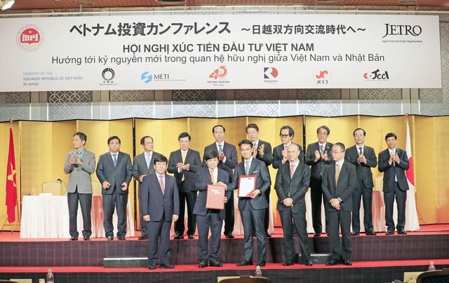 Ông Nguyễn Thanh Hùng, Phó chủ tịch HĐQT Vietjet, trao nhận Biên bản Ghi nhớ(MOU) với các đối tác Nhật Bản về cung cấp tài chính tàu bay trị giá 600 triệu với sựchứng kiến của Chủ tịch nước Trần Đại Quang tại Diễn đàn Kinh tế Việt Nam-Nhật Bảntại Tokyo.