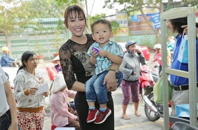 Phi Thanh Vân và con trai Tấn Đức đi làm từ thiện.