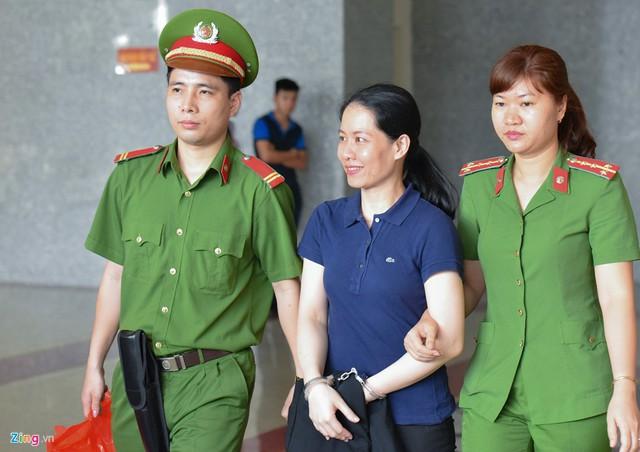 Nguyễn Minh Thu tươi cười chào tạm biệt mọi người. Nguyên tổng giám đốc Oceanbank bị tuyên y án 22 năm tù.