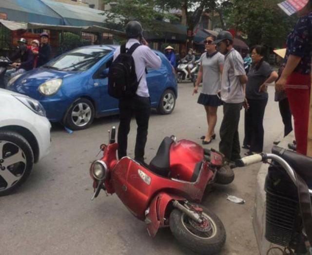 Vụ va chạm giao thông chiều 3/5 gữa xe ô tô của bà Trang và xe máy điện của nam sinh viên. Ảnh: Bạn đọc cung cấp