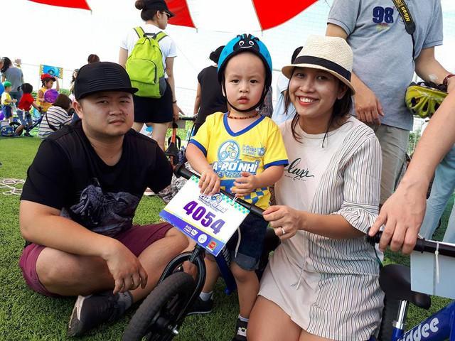 Gia đình chị Trang hào hứng cho con tham gia giải đua. ẢNh PT