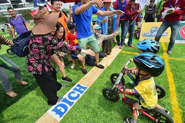Giải đua không chỉ là sân chơi cho các bé mà các phụ huynh cũng rất hào hứng