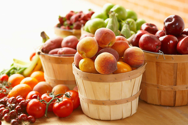 Cần tăng cường ăn hoa quả tươi hoặc ép nước tươi uống. Ảnh minh họa.