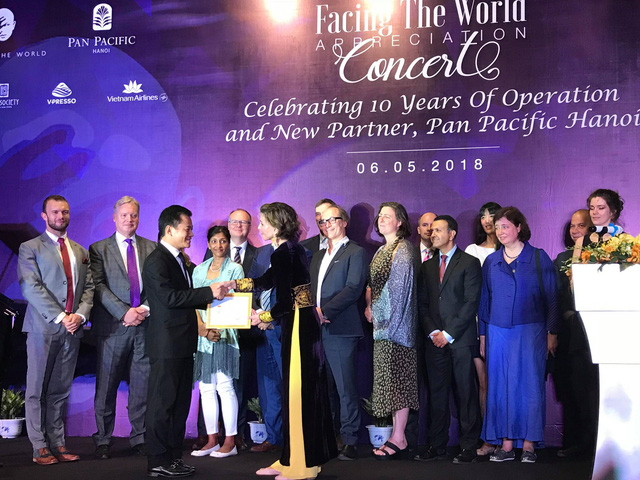 Bà Katrin Kandel nhận kỷ niệm chương vì những cống hiến, đóng góp cho Việt Nam 10 năm qua.