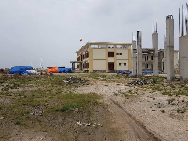 Dự án Nhà máy sản xuất xút 20.000 tấn/năm tại Quảng Ninh nằm đắp chiếu, thiết bị công nghệ phủ bạt vì chưa được cấp Giấy chứng nhận đầu tư bởi BQL Khu kinh tế Quảng Ninh. (ảnh: HC)