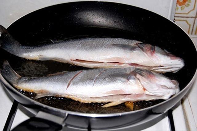 Không cần chảo chống dính, rán cá vẫn giòn thơm, không bắn dầu nhờ bí kíp cực đơn giản này