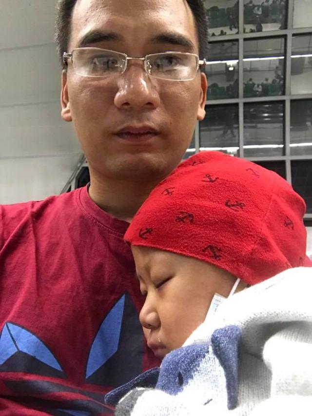 Anh Dương Tuấn Anh và bé Dương Quang Minh trong những ngày ở bệnh viện. Ảnh: Facebook.