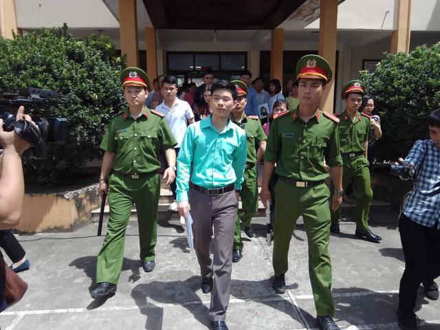 BS Hoàng Công Lương sau khi rời phòng xử án sáng 7/5. Ảnh: TG